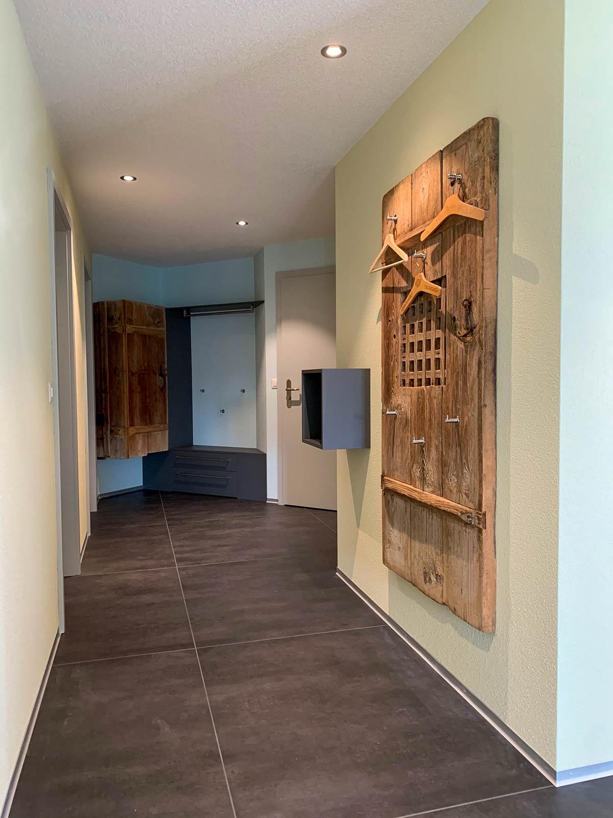 Wooddesign_Garderobe_Altholz_anthrazit_offene Garderobe_Edelstahl_modern_rustukal (7)