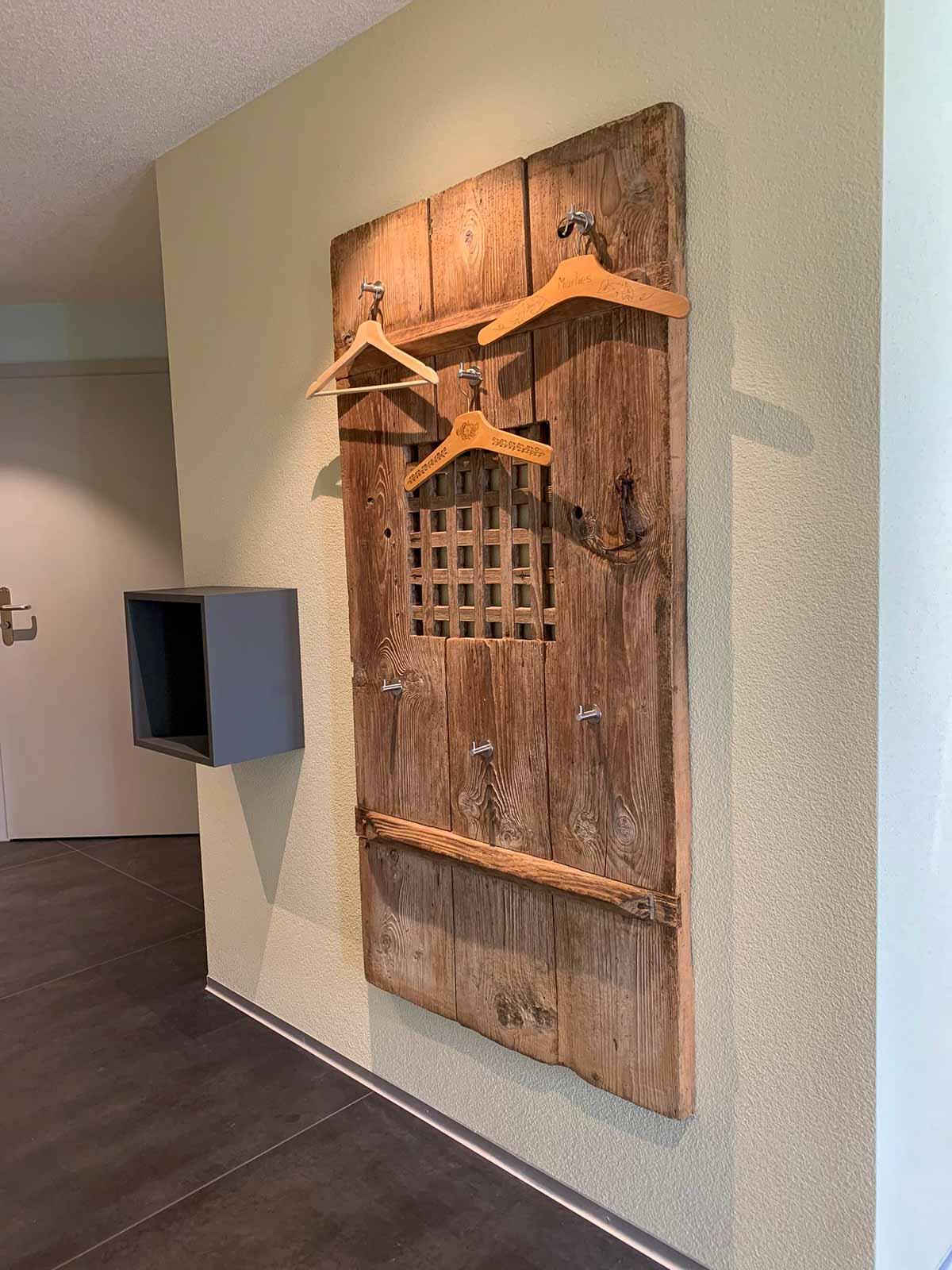 Wooddesign_Garderobe_Altholz_anthrazit_offene Garderobe_Edelstahl_modern_rustukal (8)