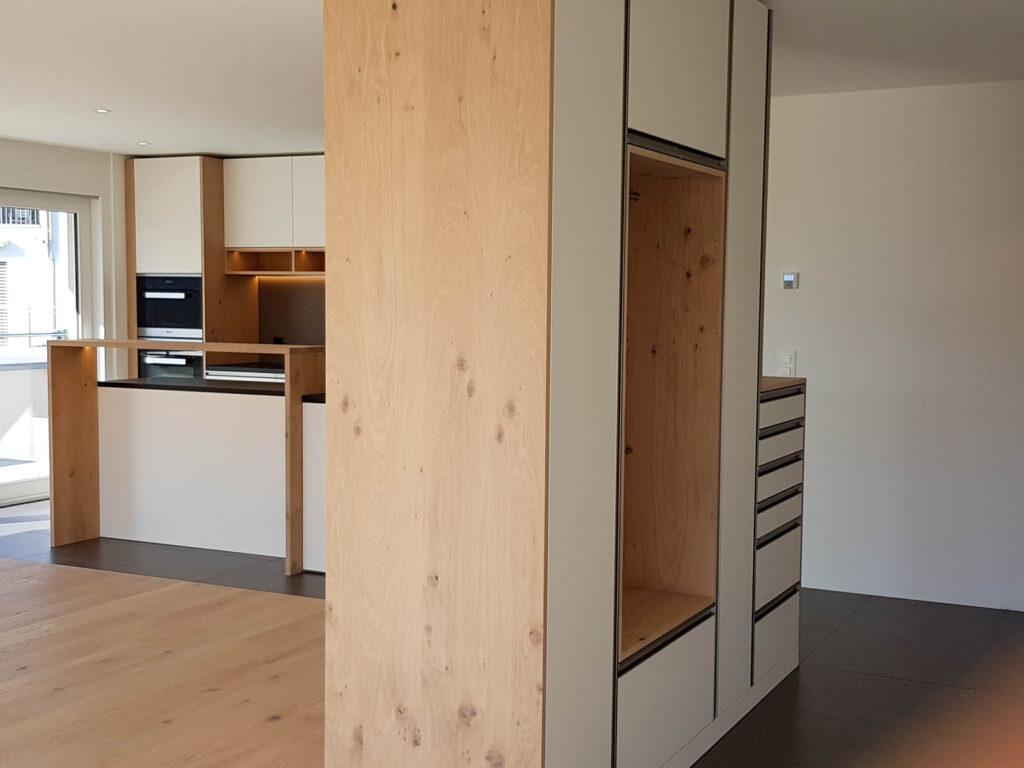 Wooddesign_Garderobe_Eiche furniert_Weisse Fronten_Schuhauszug_Schubladen_offene Gästegarderobe (1)