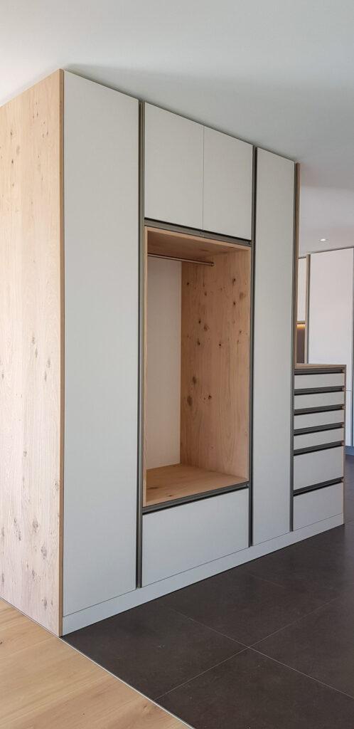 Wooddesign_Garderobe_Eiche furniert_Weisse Fronten_Schuhauszug_Schubladen_offene Gästegarderobe (10)