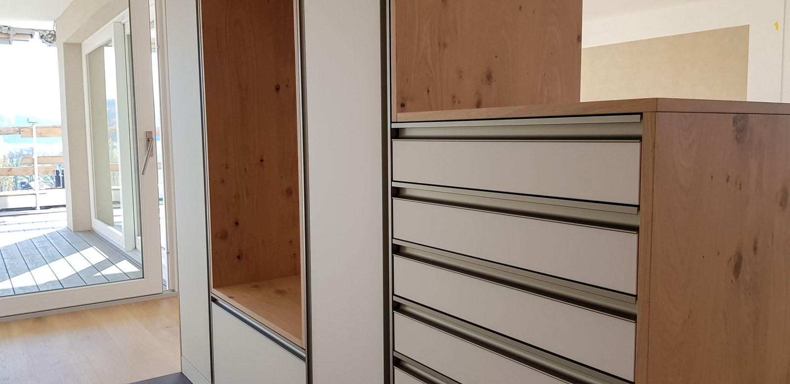 Wooddesign_Garderobe_Eiche furniert_Weisse Fronten_Schuhauszug_Schubladen_offene Gästegarderobe (2)