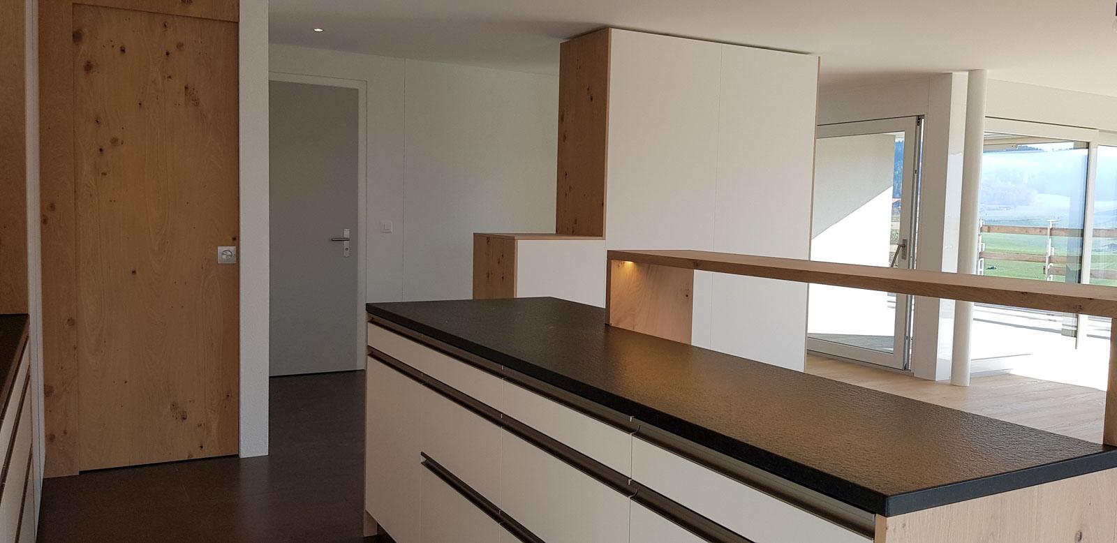 Wooddesign_Garderobe_Eiche furniert_Weisse Fronten_Schuhauszug_Schubladen_offene Gästegarderobe (3)