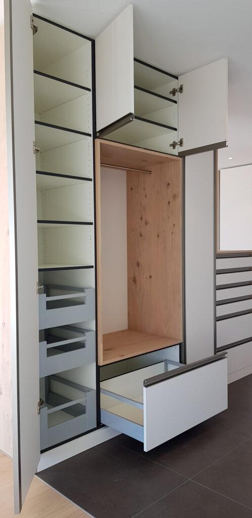 Wooddesign_Garderobe_Eiche furniert_Weisse Fronten_Schuhauszug_Schubladen_offene Gästegarderobe (4)