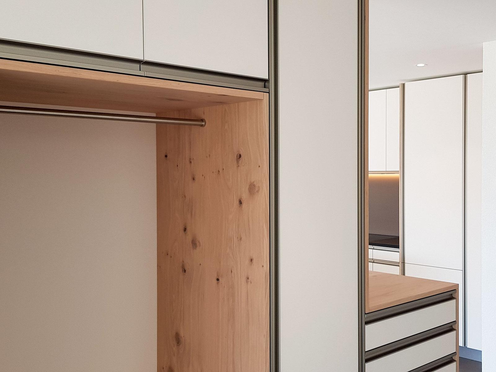 Wooddesign_Garderobe_Eiche furniert_Weisse Fronten_Schuhauszug_Schubladen_offene Gästegarderobe (6)