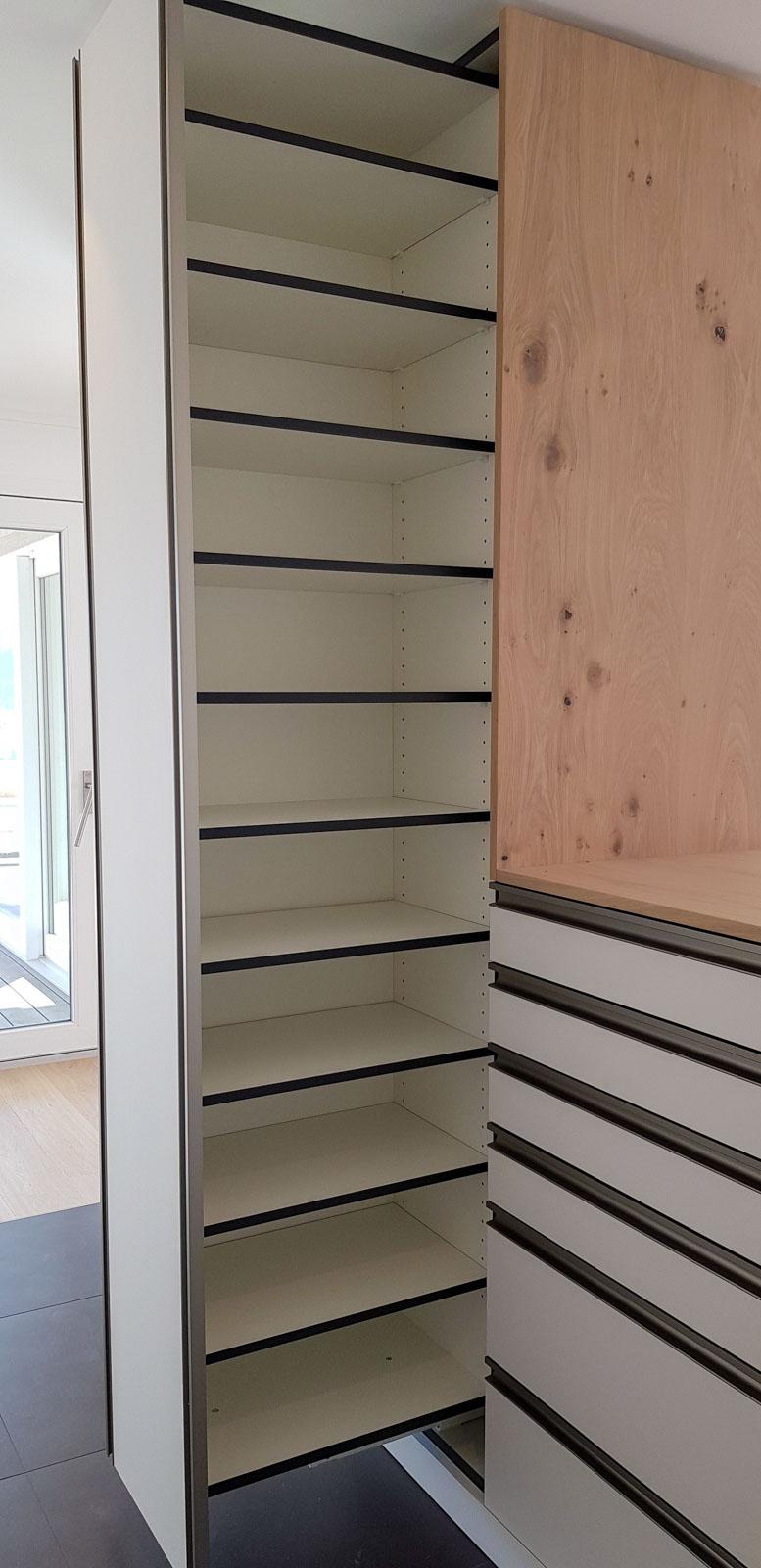Wooddesign_Garderobe_Eiche furniert_Weisse Fronten_Schuhauszug_Schubladen_offene Gästegarderobe (7)