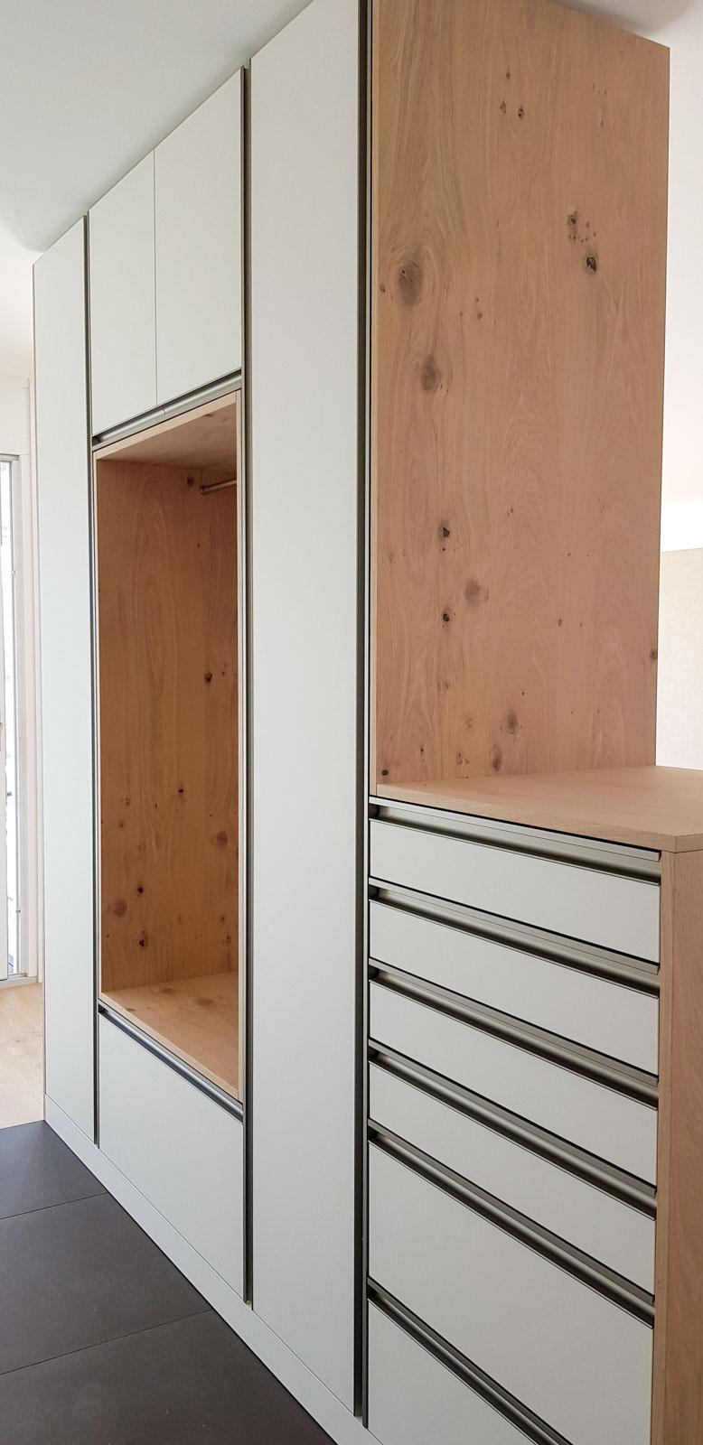 Wooddesign_Garderobe_Eiche furniert_Weisse Fronten_Schuhauszug_Schubladen_offene Gästegarderobe (8)