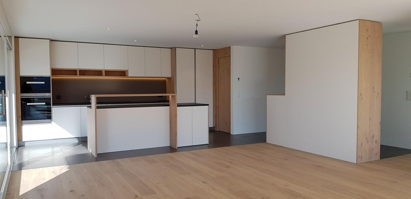 Wooddesign_Garderobe_Eiche furniert_Weisse Fronten_Schuhauszug_Schubladen_offene Gästegarderobe (9)