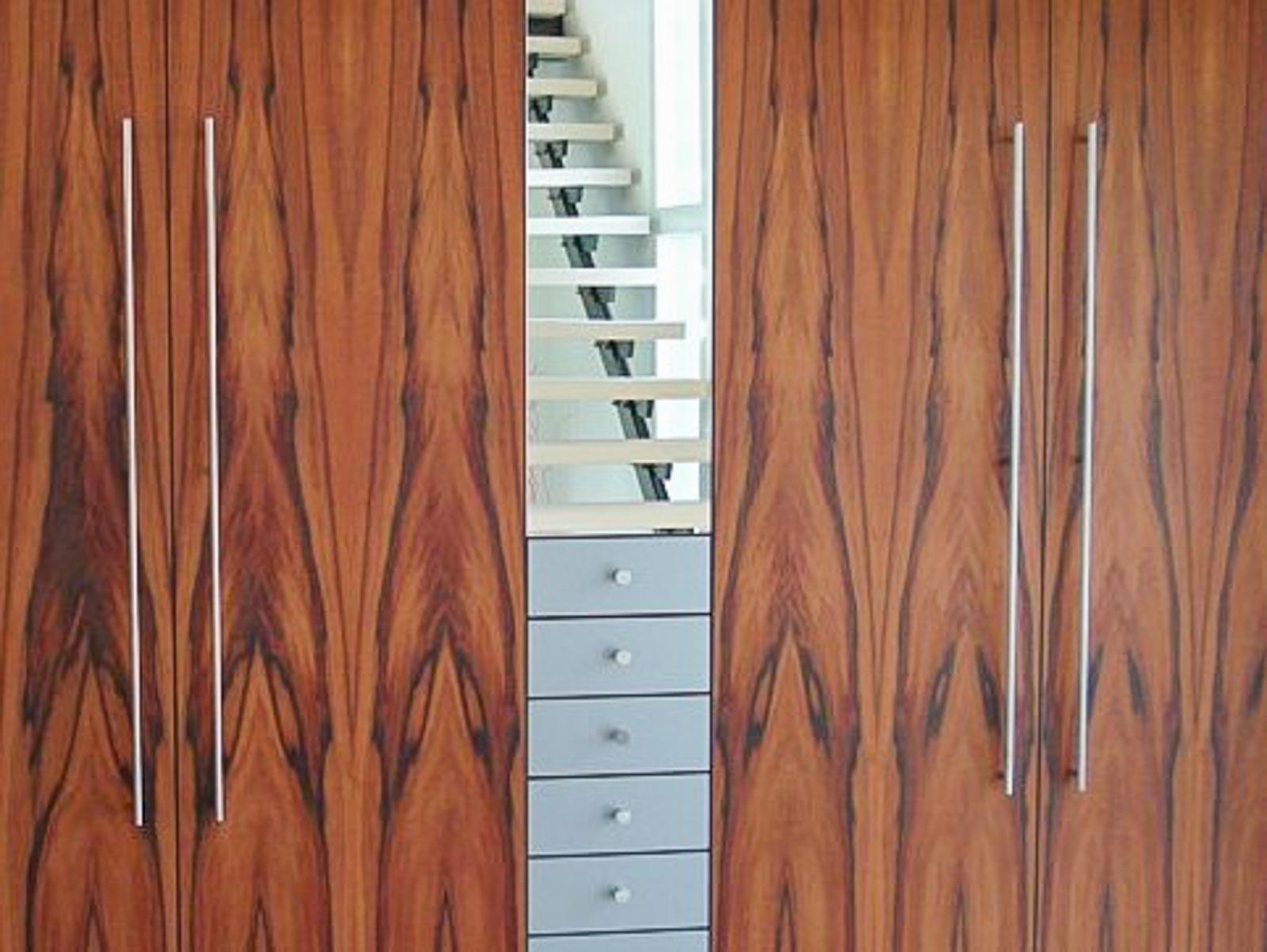 Wooddesign_Garderobe_Gästegarderobe_ Spiegelschrank_Tineo-indischer Apfelbaum-Relinggriffe (1)