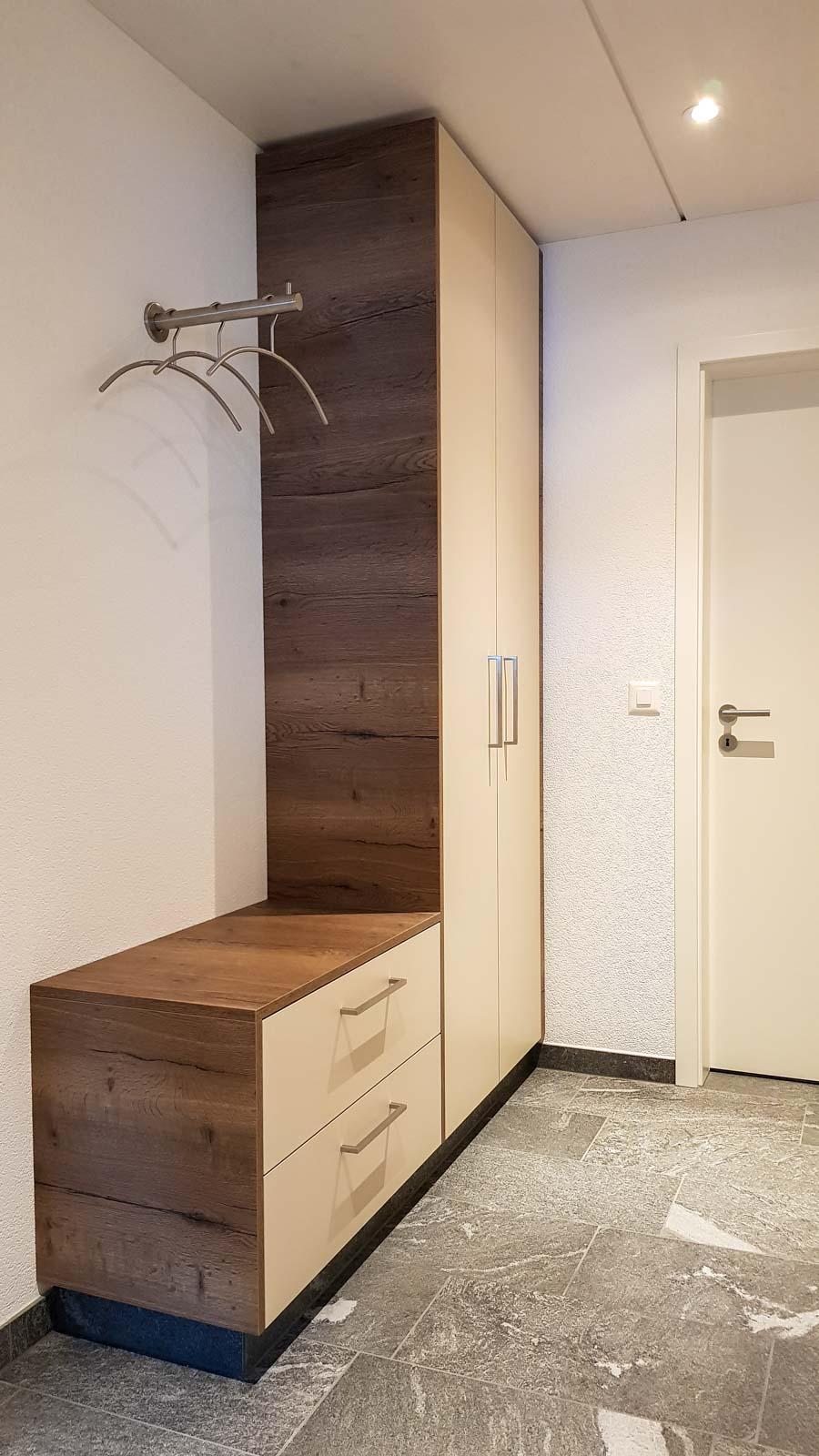 Wooddesign_Garderobe_Gästegarderobe_Holzdecor_weiss_offene Gästegarderobe (2)