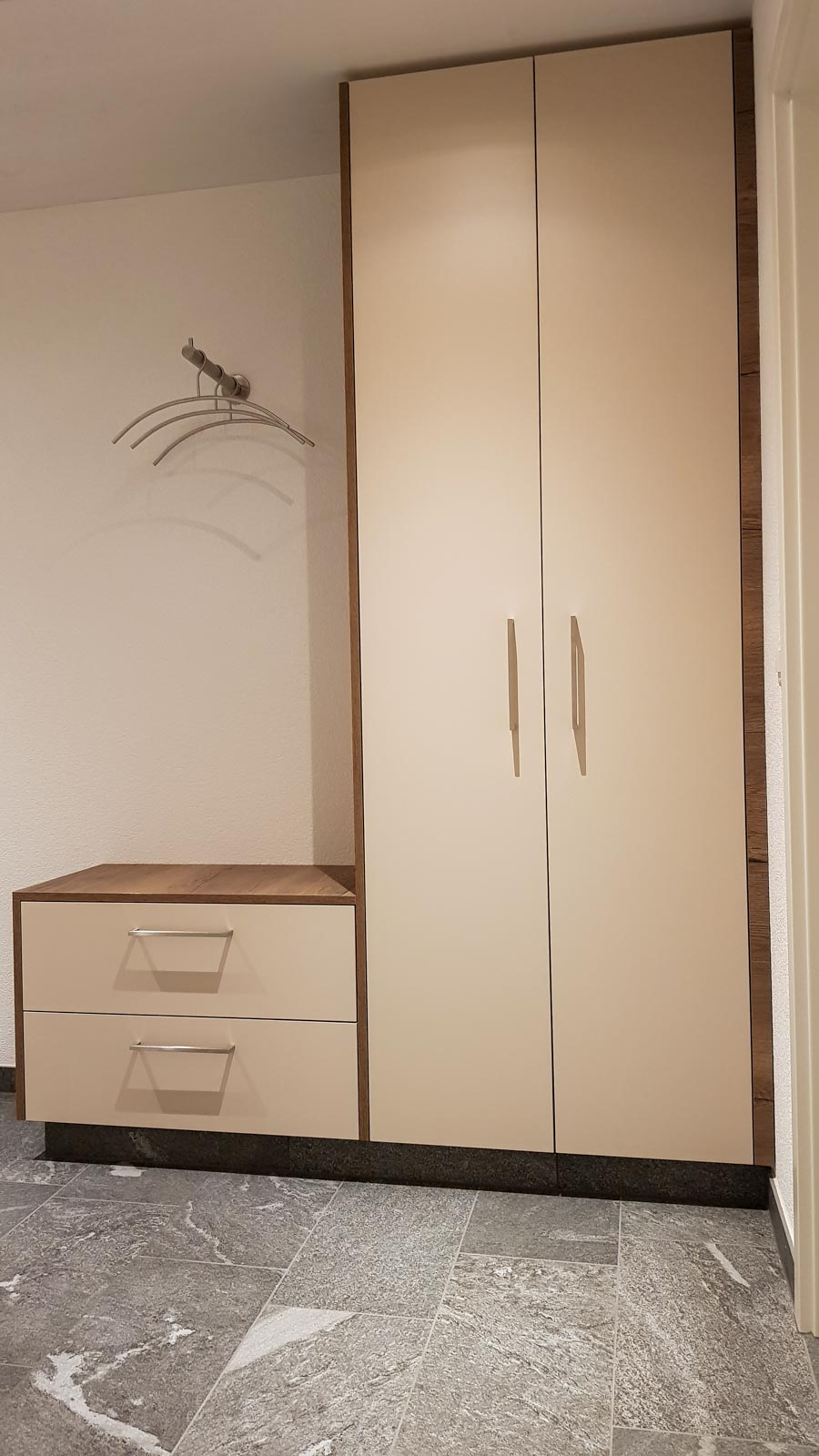 Wooddesign_Garderobe_Gästegarderobe_Holzdecor_weiss_offene Gästegarderobe (3)