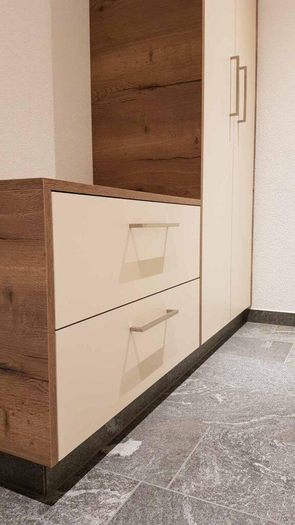Wooddesign_Garderobe_Gästegarderobe_Holzdecor_weiss_offene Gästegarderobe (5)