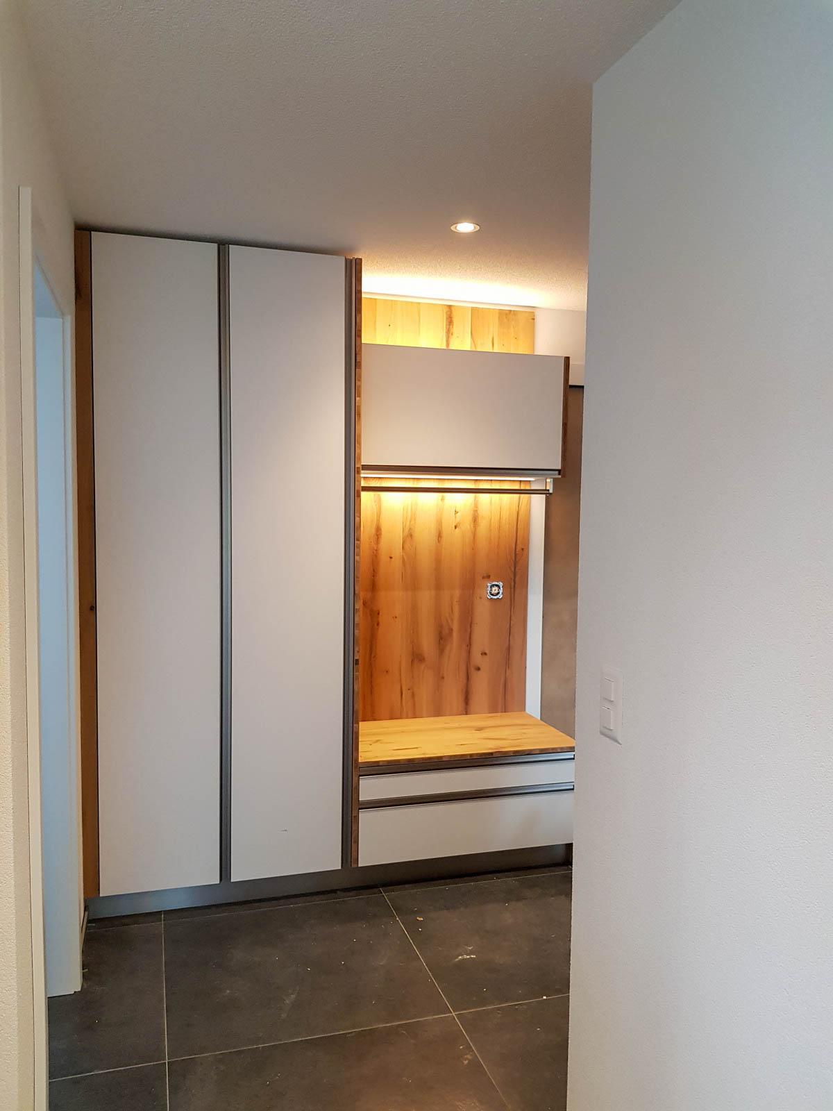 Wooddesign_Garderobe_Gästegarderobe_LED Beleuchtung_Eiche Altholz_weisse Fronten_Griffleisten (4)