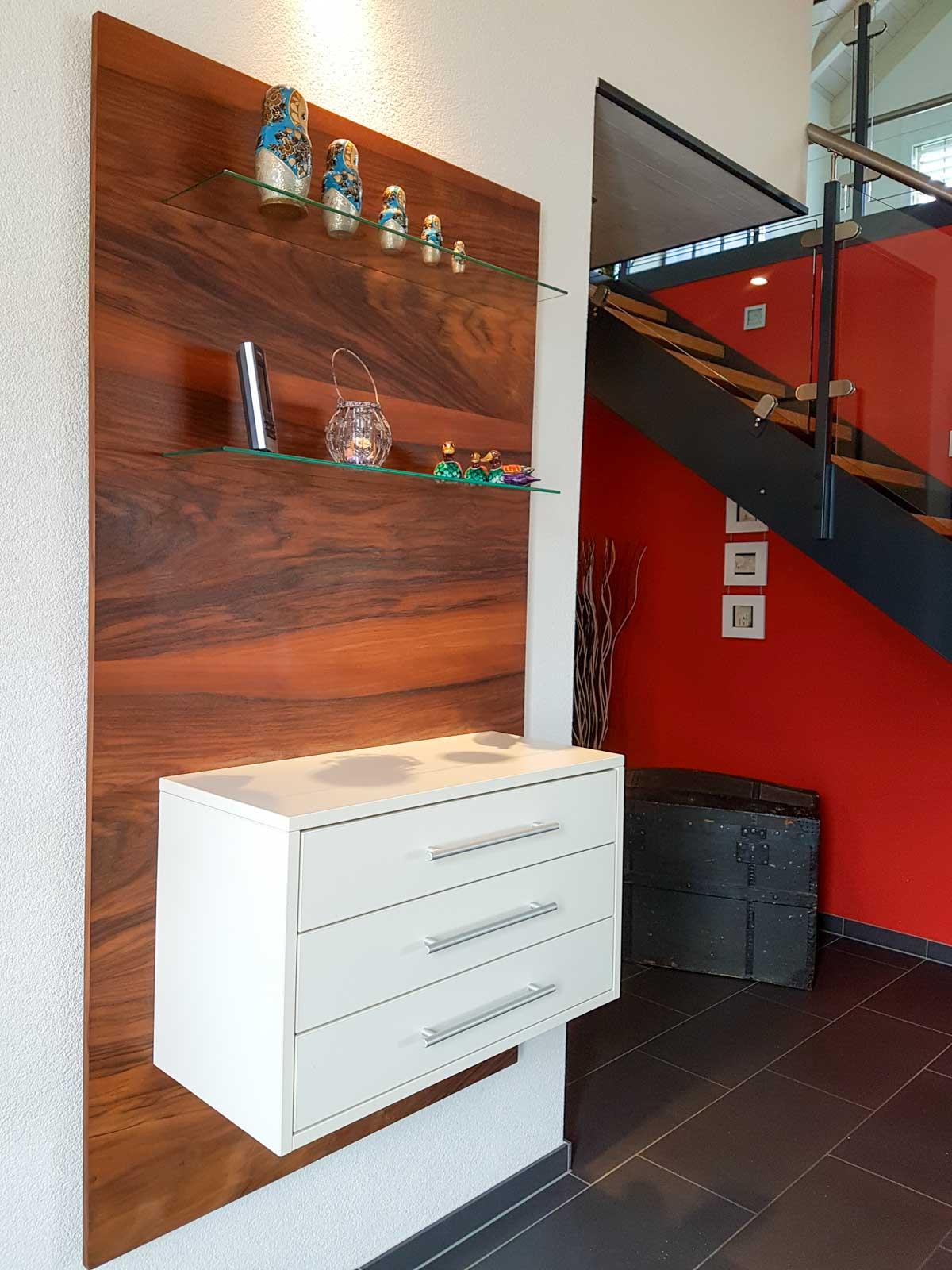 Wooddesign_Garderobe_Gästegarderobe_Nussbaum_Sitzbank_Schubladenstock (1)