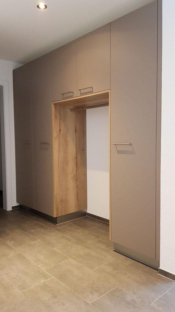 Wooddesign_Garderobe_Gästegarderobe_Putzschrank_offene Garderobe_Eiche hell_Erdfarbe_ beige (2)