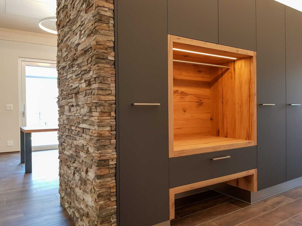 Wooddesign_Garderobe_Gästegarderobe_anthrazit_Eiche Altholz_Steinmauer_modern (1)