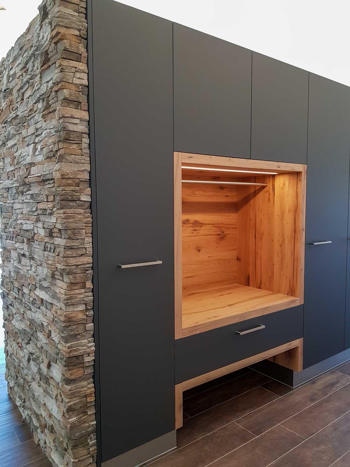 Wooddesign_Garderobe_Gästegarderobe_anthrazit_Eiche Altholz_Steinmauer_modern (3)