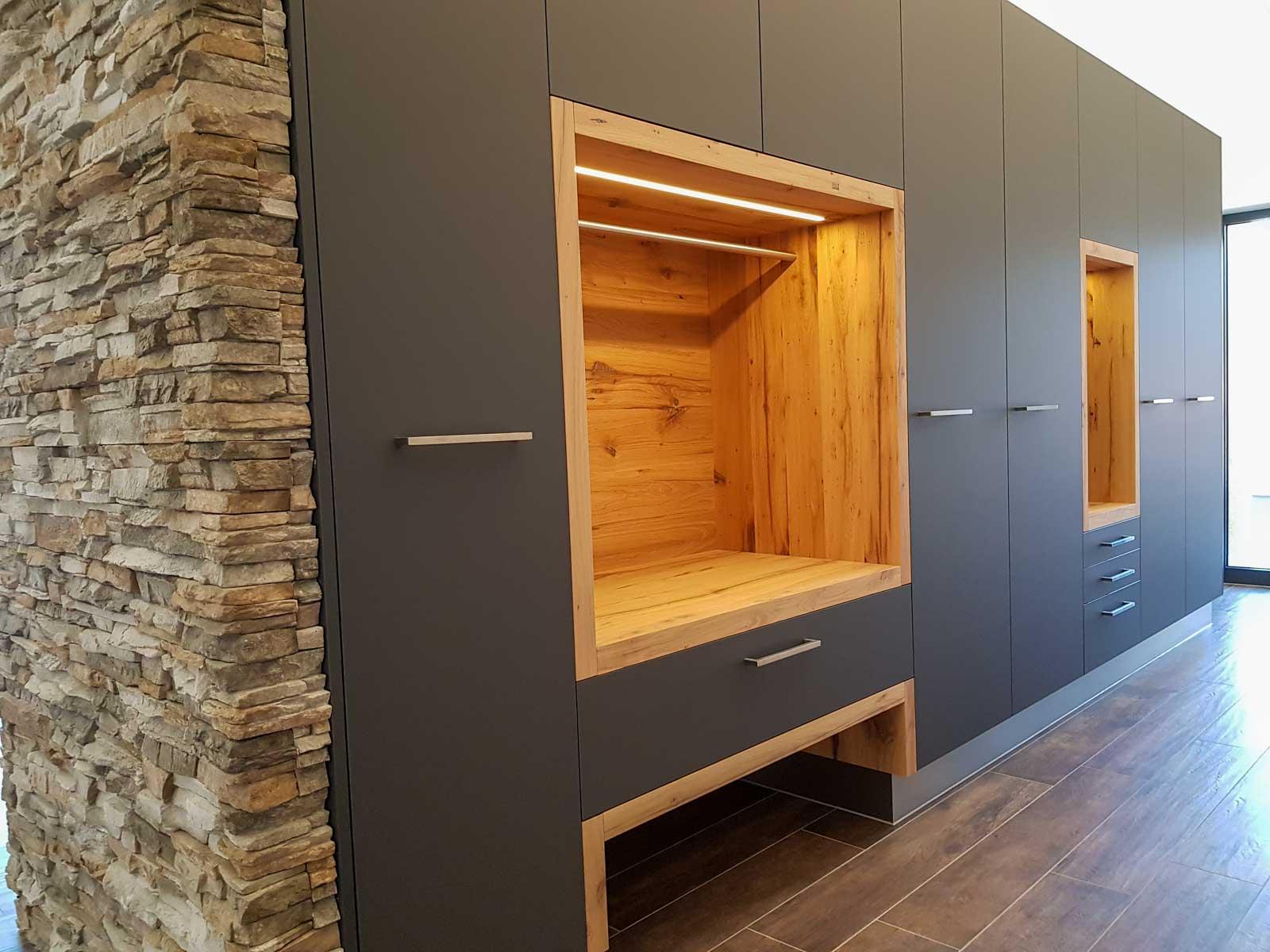 Wooddesign_Garderobe_Gästegarderobe_anthrazit_Eiche Altholz_Steinmauer_modern (4)