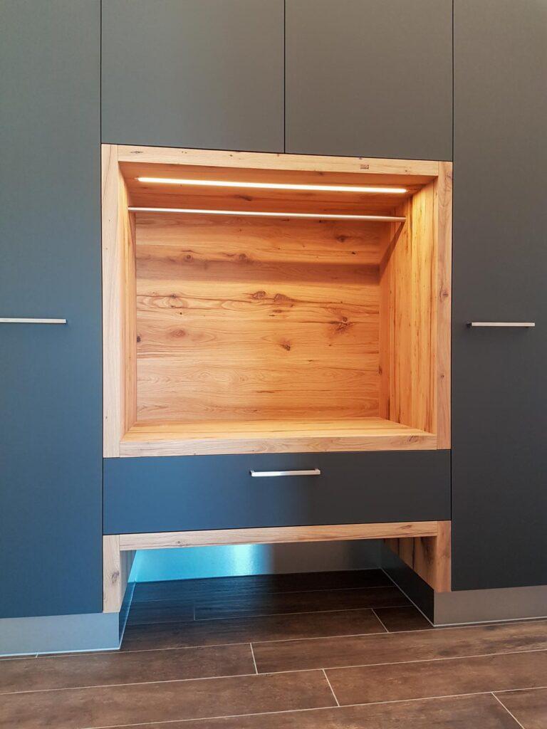 Wooddesign_Garderobe_Gästegarderobe_anthrazit_Eiche Altholz_Steinmauer_modern (5)