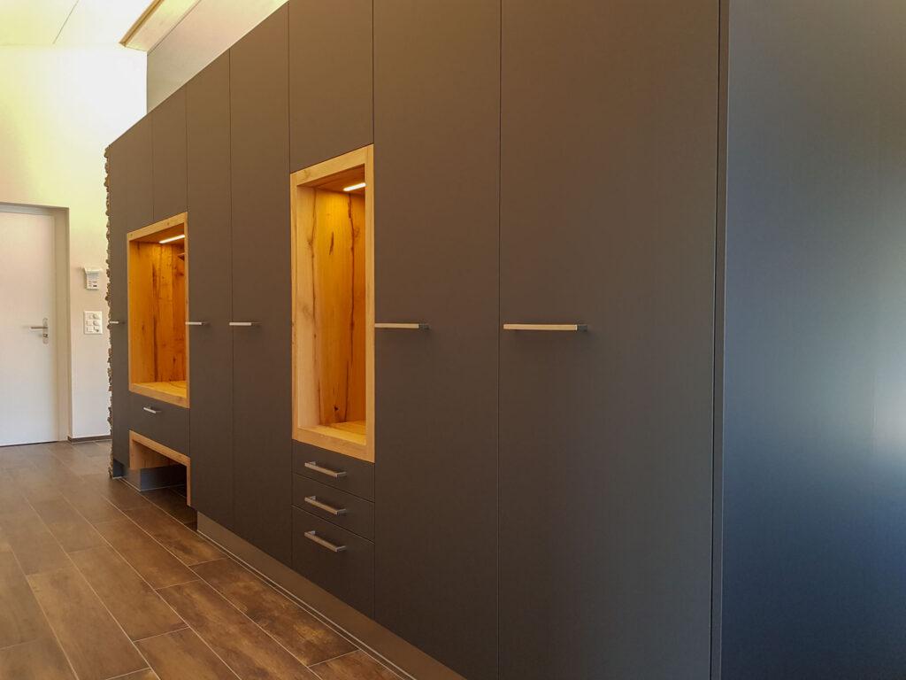 Wooddesign_Garderobe_Gästegarderobe_anthrazit_Eiche Altholz_Steinmauer_modern (6)
