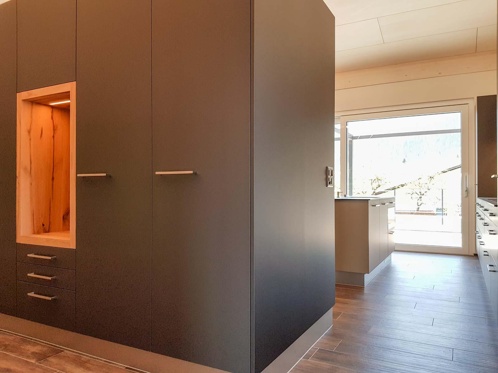 Wooddesign_Garderobe_Gästegarderobe_anthrazit_Eiche Altholz_Steinmauer_modern (7)