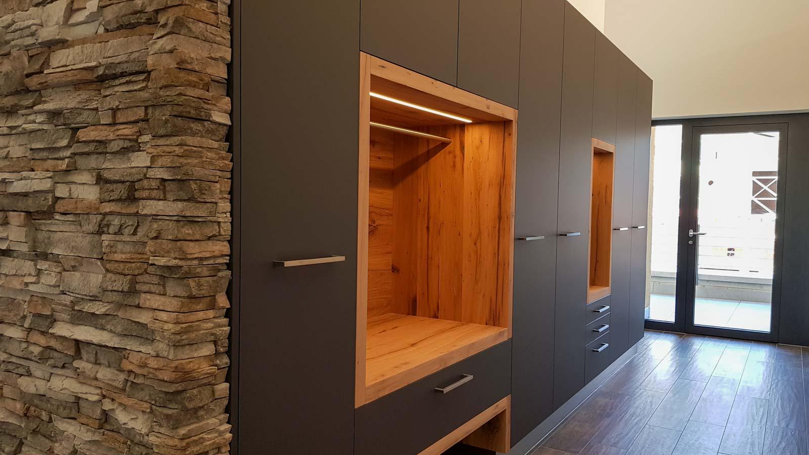 Wooddesign_Garderobe_Gästegarderobe_anthrazit_Eiche Altholz_Steinmauer_modern (8)