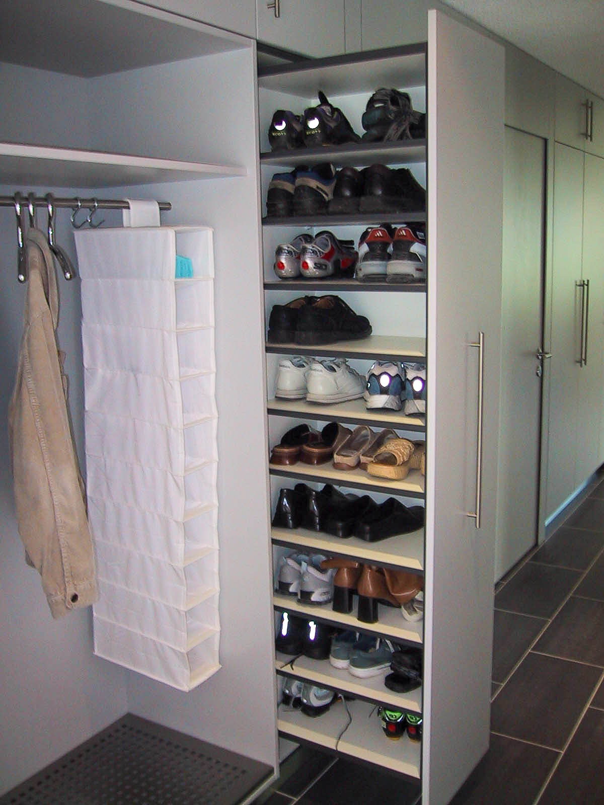 Wooddesign_Garderobe_Gästegarderobe_ausziehbarer Schuhschrank_ offene Garderobe (3)