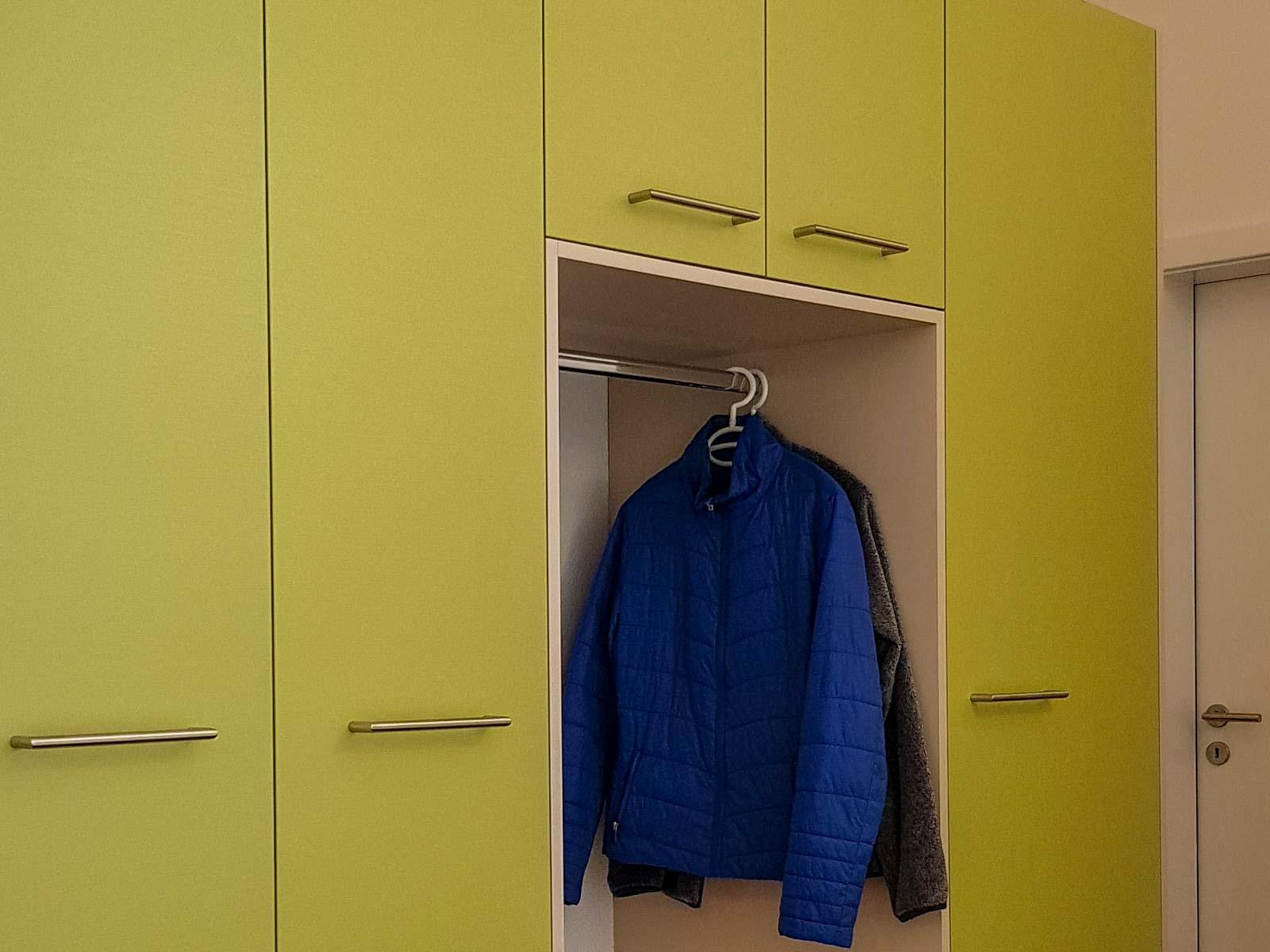 Wooddesign_Garderobe_Gästegarderobe_grün_beige_offene Gästegarderobe_Putzschrank (1)