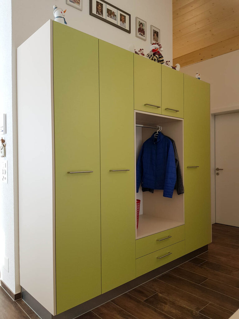 Wooddesign_Garderobe_Gästegarderobe_grün_beige_offene Gästegarderobe_Putzschrank (2)