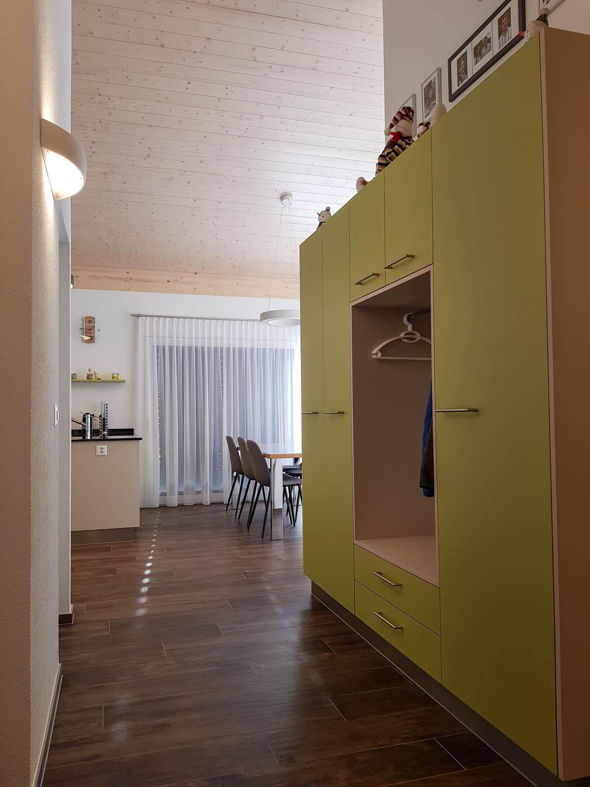 Wooddesign_Garderobe_Gästegarderobe_grün_beige_offene Gästegarderobe_Putzschrank (3)