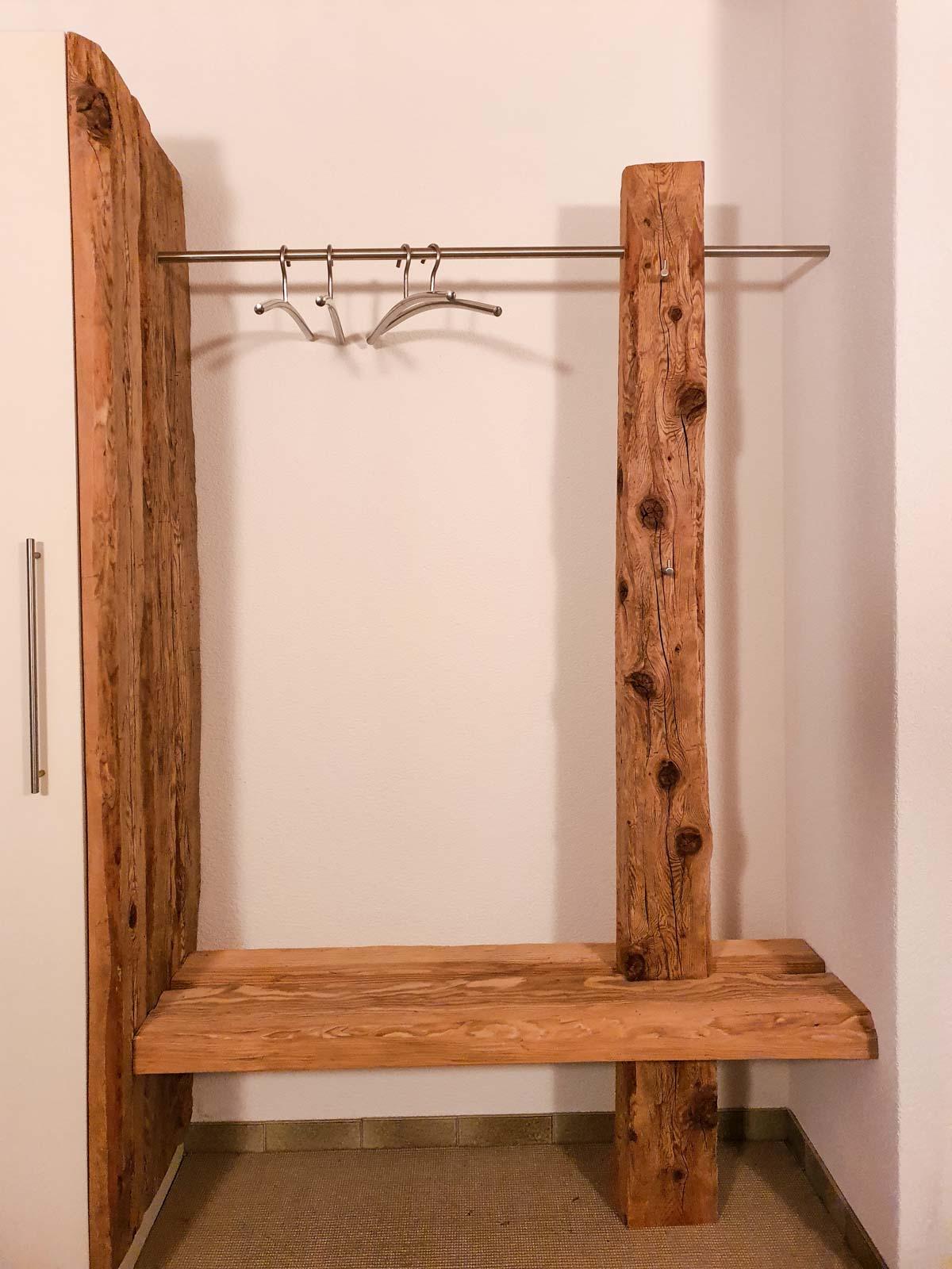 Wooddesign_Garderobe_Gästegarderobe_rustikal_Altholz_Sitzbank_Edelstahl (3)