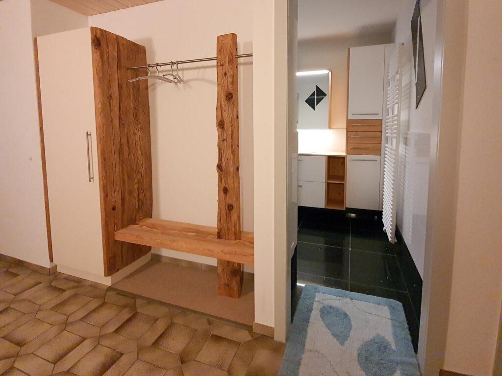 Wooddesign_Garderobe_Gästegarderobe_rustikal_Altholz_Sitzbank_Edelstahl (4)