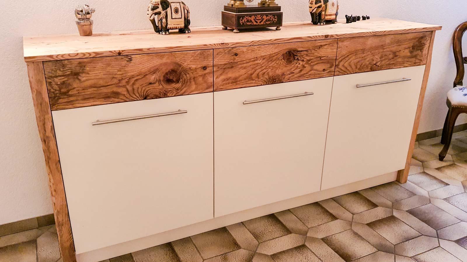 Wooddesign_Garderobe_Gästegarderobe_rustikal_Altholz_Sitzbank_Edelstahl (5)