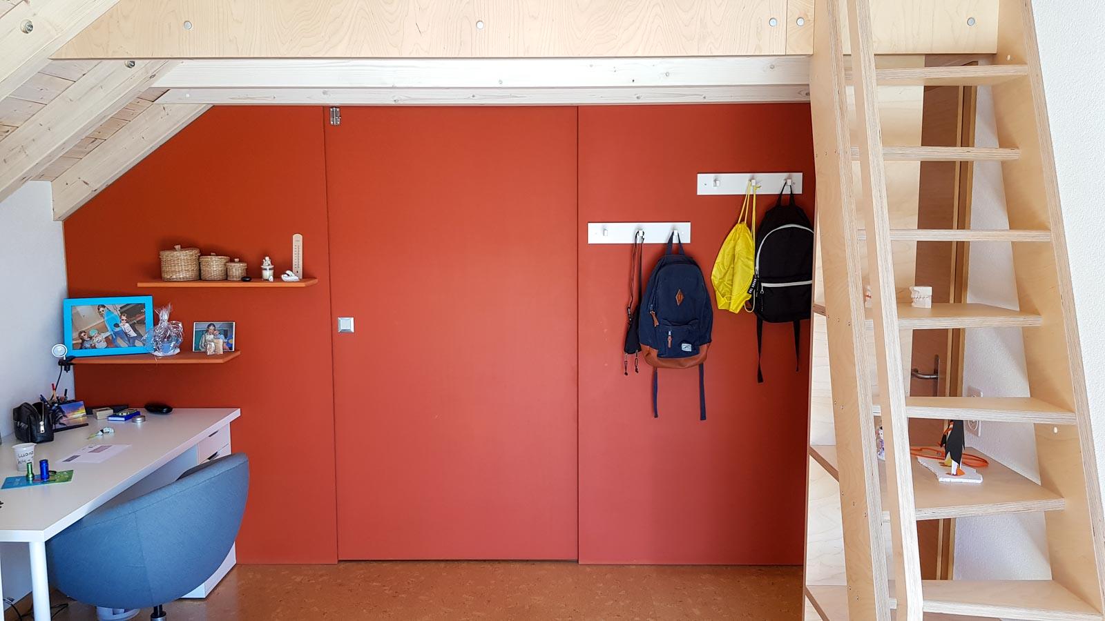 Wooddesign_Jugendzimmer_Jugendbett_Teppe_Schreibtisch-Verstauraum_Hochbbett_Ankleide_Schubladen_Pinwand_Bücherregal (1)