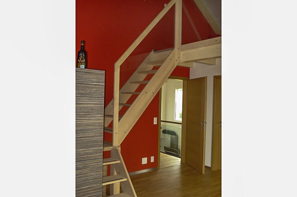 Wooddesign_Jugendzimmer_Jugendbett_Treppe_Schreibtisch-Verstauraum_ Schubladen_Pinwand_Bücherregal_zweistöckig (1)