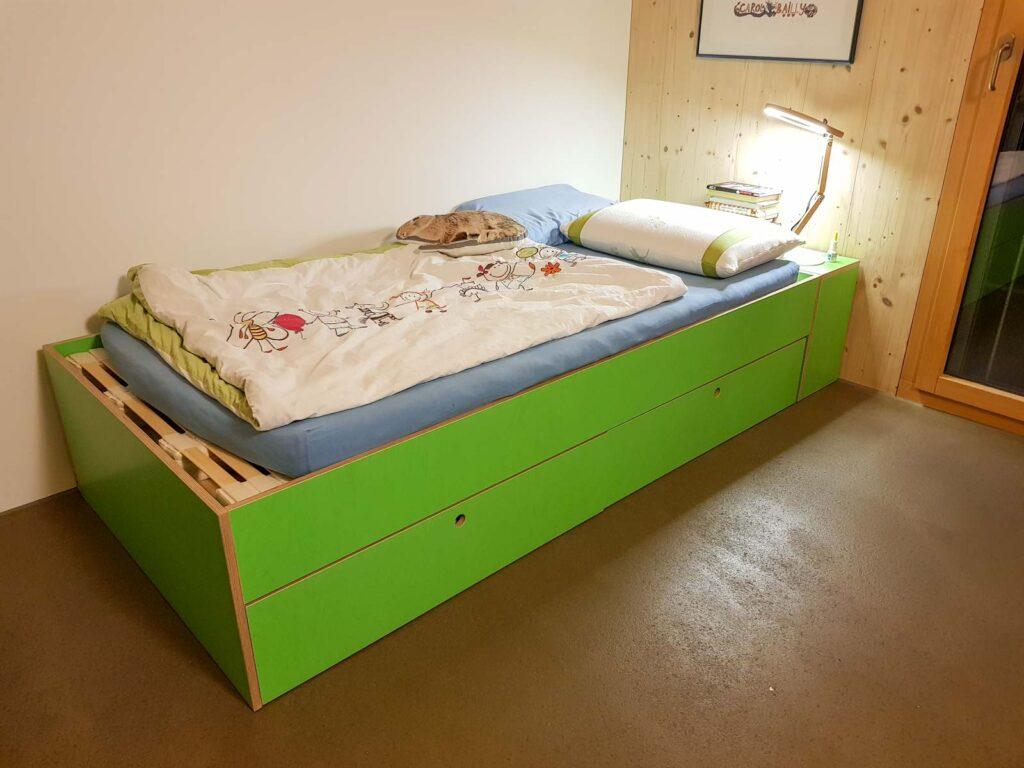 Wooddesign_Kinderzimmer_Kinderbett_Spielzimmer_Schreibtisch-Verstauraum_ Schubladen_Farbig_Trinatura_Kopfteil_gün (1)