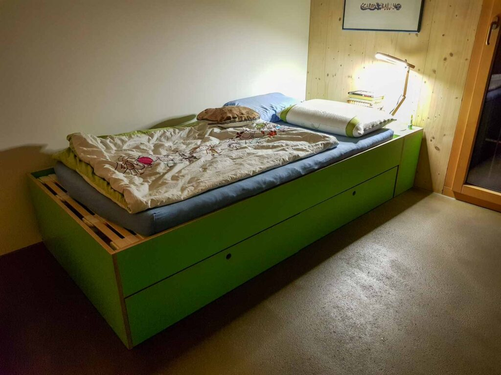 Wooddesign_Kinderzimmer_Kinderbett_Spielzimmer_Schreibtisch-Verstauraum_ Schubladen_Farbig_Trinatura_Kopfteil_gün (2)