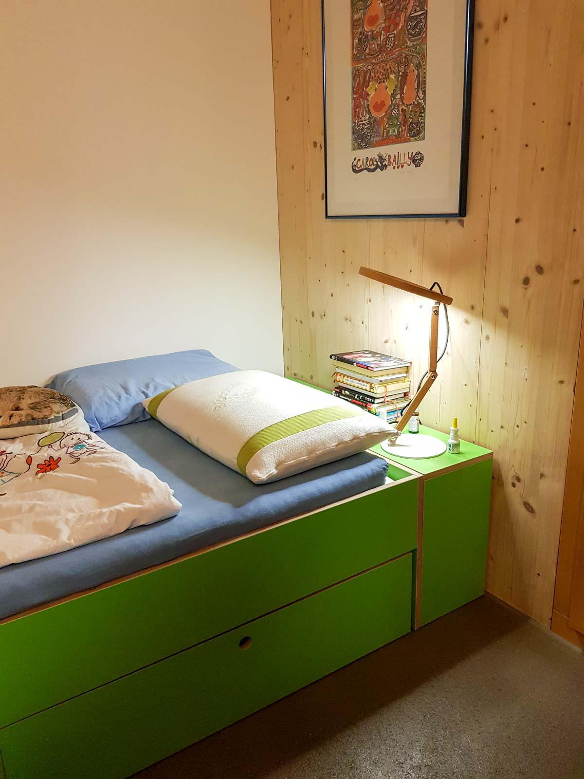 Wooddesign_Kinderzimmer_Kinderbett_Spielzimmer_Schreibtisch-Verstauraum_ Schubladen_Farbig_Trinatura_Kopfteil_gün (3)
