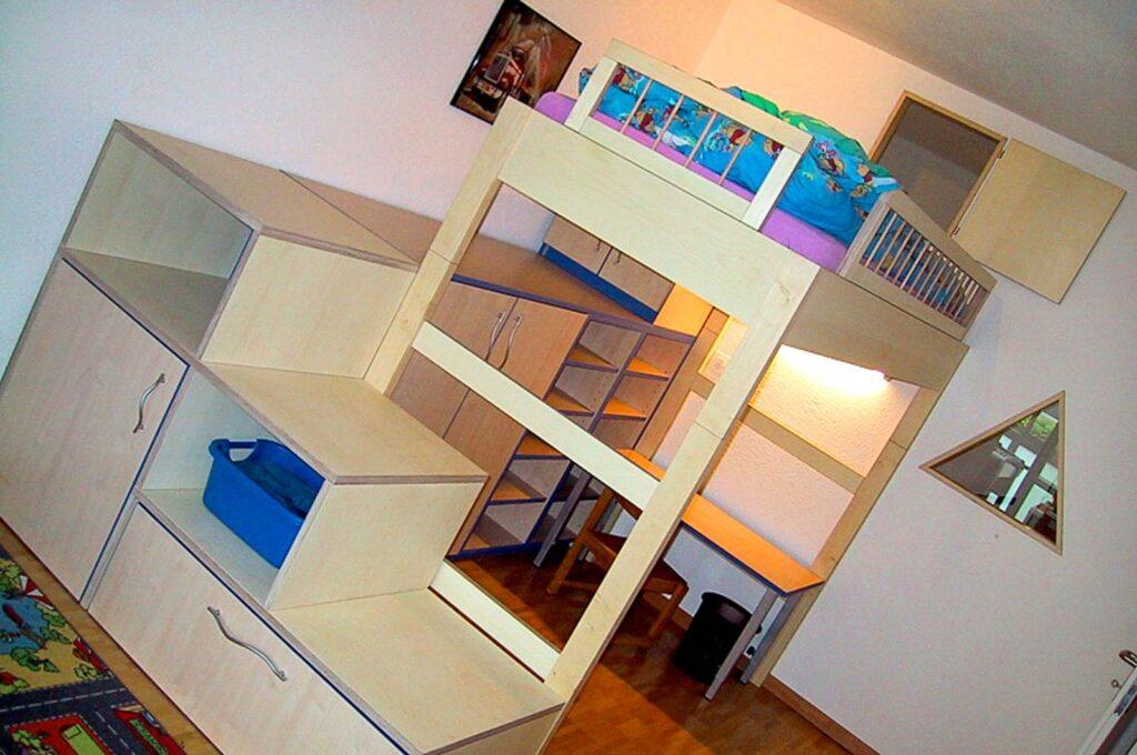 Wooddesign_Kinderzimmer_Kinderbett_Spielzimmer_Schreibtisch-Verstauraum_ Schubladen_Hochbett_Bücherregal