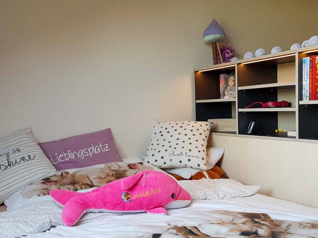 Wooddesign_Kinderzimmer_Kinderbett_Spielzimmer_Schreibtisch-Verstauraum_ Schubladen_Pinwand_Bücherregal (2)