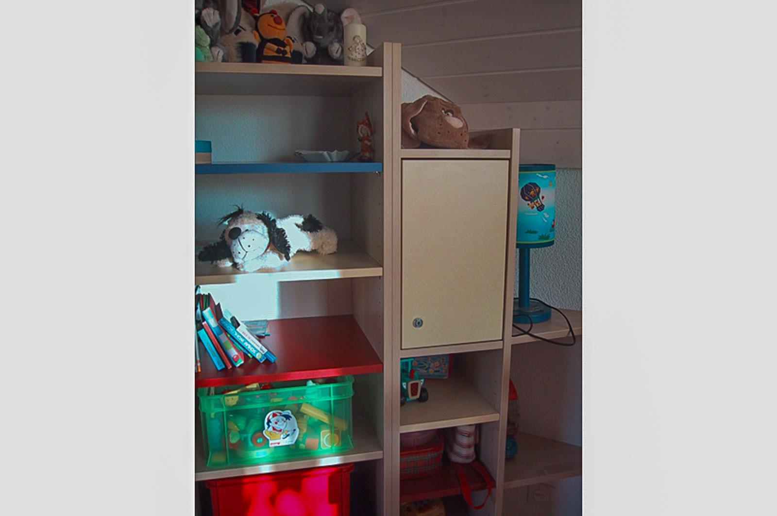 Wooddesign_Kinderzimmer_Kinderbett_Spielzimmer_Schreibtisch-Verstauraum_ Schubladen_Pinwand_Bücherregal (26)
