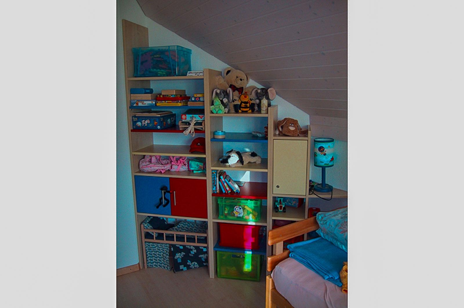 Wooddesign_Kinderzimmer_Kinderbett_Spielzimmer_Schreibtisch-Verstauraum_ Schubladen_Pinwand_Bücherregal (27)