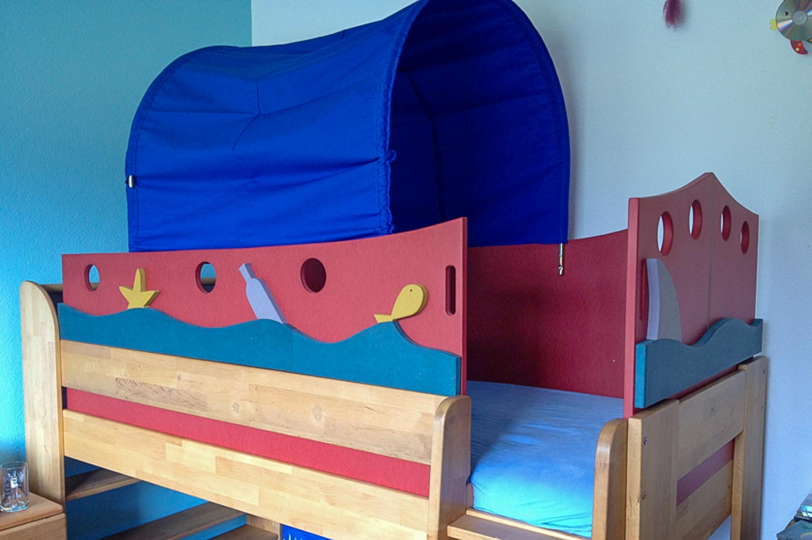 Wooddesign_Kinderzimmer_Kinderbett_Spielzimmer_Schreibtisch-Verstauraum_ Schubladen_Pinwand_Bücherregal (29)