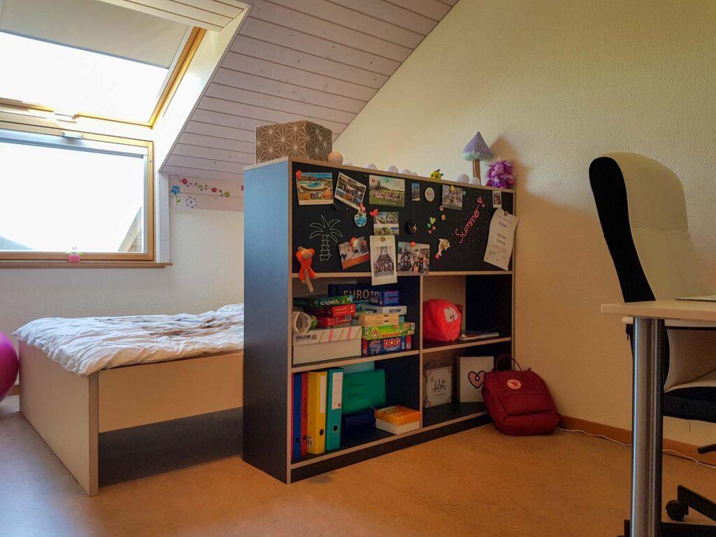 Wooddesign_Kinderzimmer_Kinderbett_Spielzimmer_Schreibtisch-Verstauraum_ Schubladen_Pinwand_Bücherregal (3)