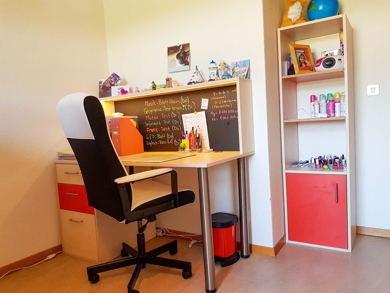Wooddesign_Kinderzimmer_Kinderbett_Spielzimmer_Schreibtisch-Verstauraum_ Schubladen_Pinwand_Bücherregal (4)