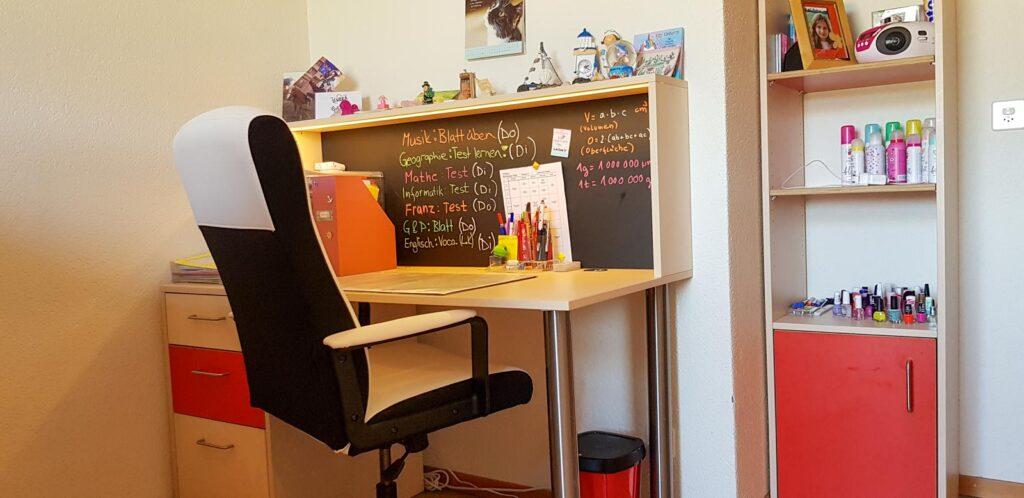 Wooddesign_Kinderzimmer_Kinderbett_Spielzimmer_Schreibtisch-Verstauraum_ Schubladen_Pinwand_Bücherregal (5)