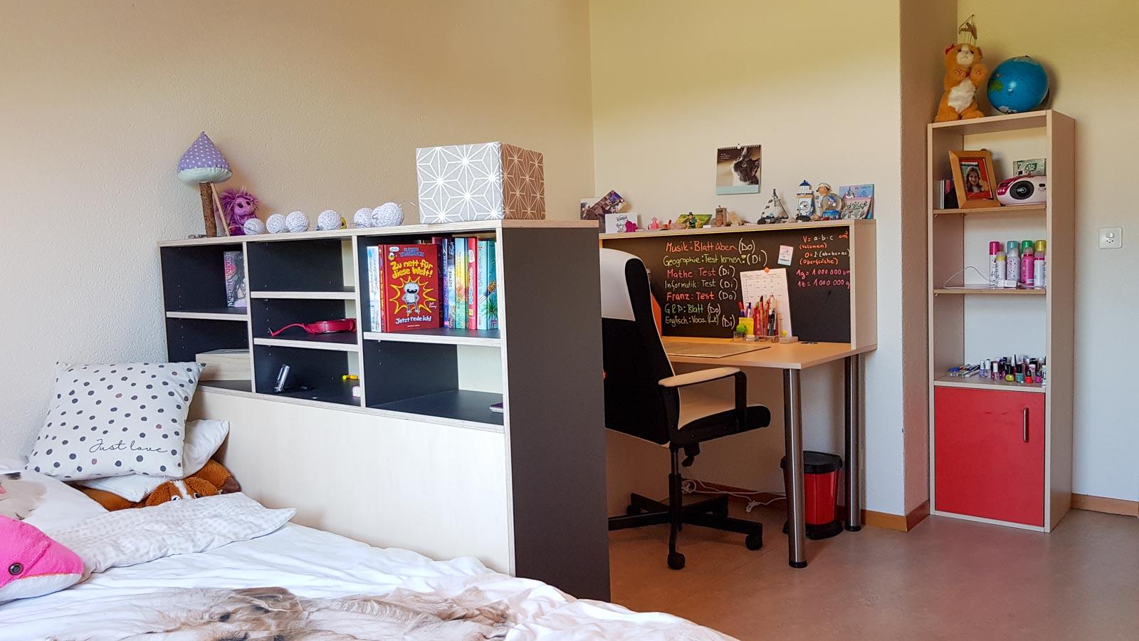 Wooddesign_Kinderzimmer_Kinderbett_Spielzimmer_Schreibtisch-Verstauraum_ Schubladen_Pinwand_Bücherregal (6)
