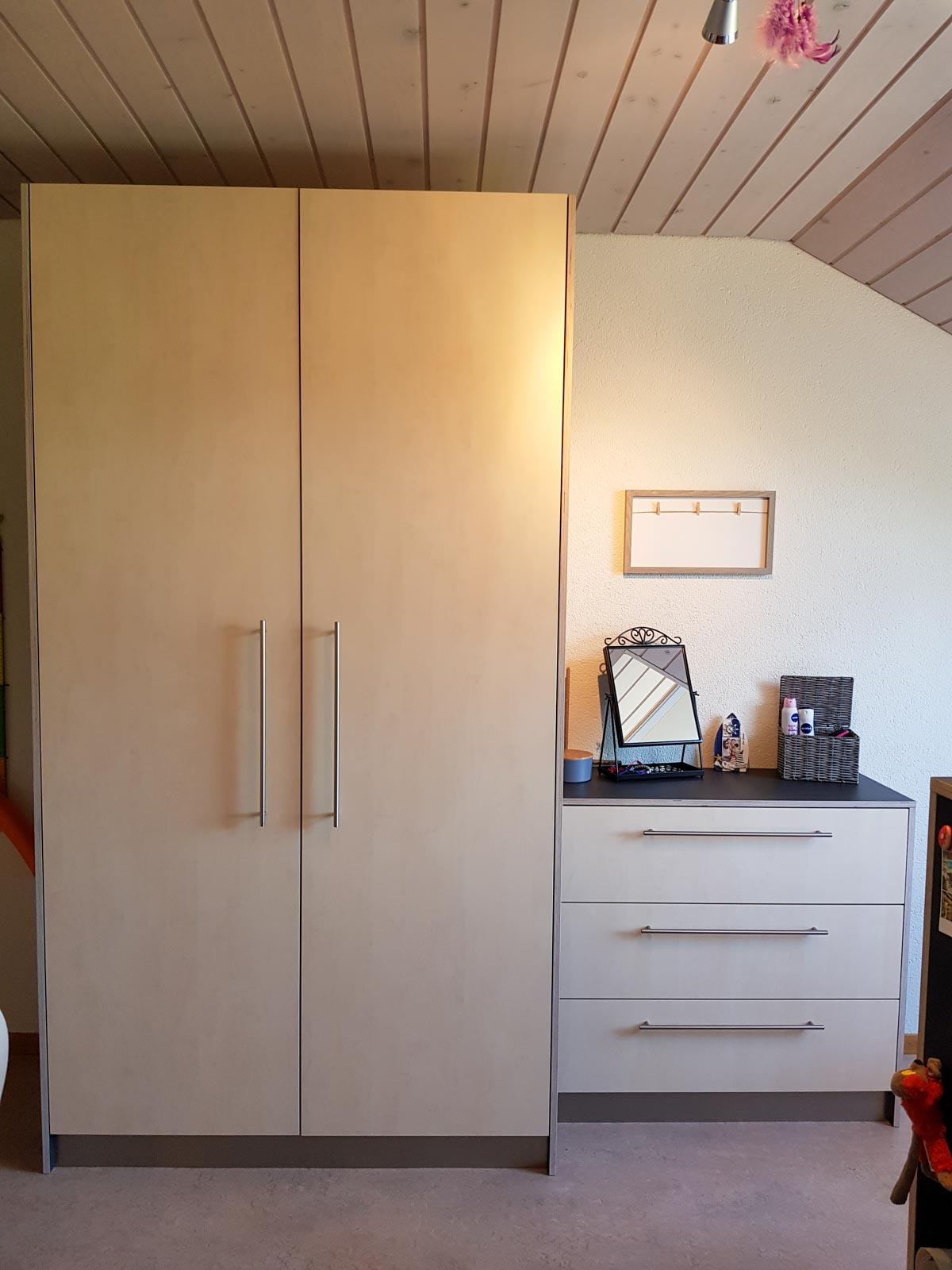 Wooddesign_Kinderzimmer_Kinderbett_Spielzimmer_Schreibtisch-Verstauraum_ Schubladen_Pinwand_Bücherregal (7)