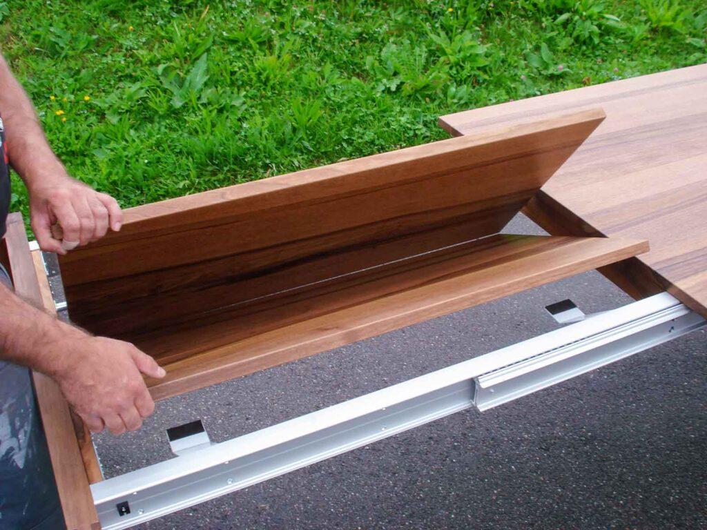 Wooddesign_Nussbaum massiv_ausziehbar_Ausziehtisch_Tischeinlage unter dem Tisch_Tischbeine mitlaufend (5)