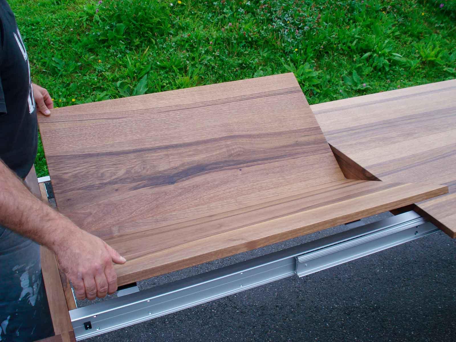 Wooddesign_Nussbaum massiv_ausziehbar_Ausziehtisch_Tischeinlage unter dem Tisch_Tischbeine mitlaufend (6)