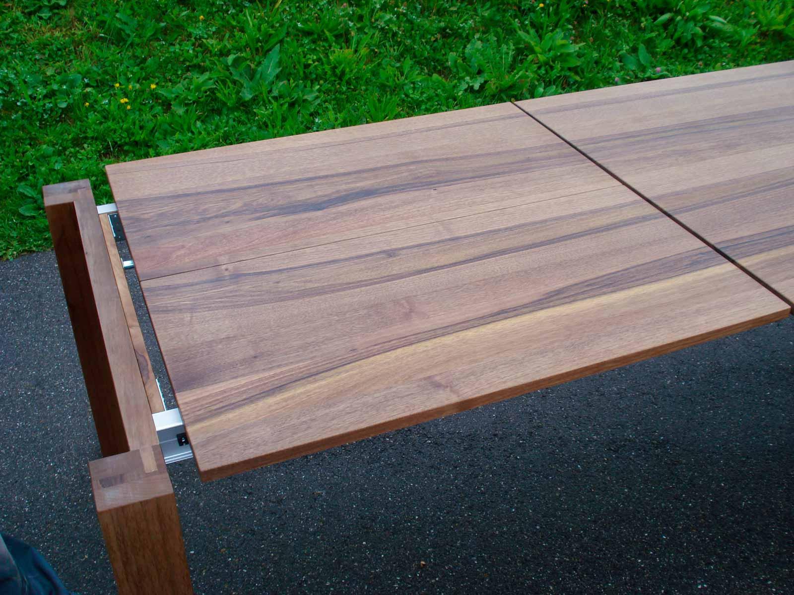Wooddesign_Nussbaum massiv_ausziehbar_Ausziehtisch_Tischeinlage unter dem Tisch_Tischbeine mitlaufend (7)